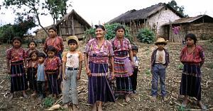 Pulsa en la imagen para verla en tamaño completo  Nombre: 2_Guatemala_photo_family standing_0.jpg Visitas: 135 Tamaño: 47.8 KB ID: 1337